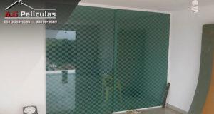 Película decorativa para portas e janelas