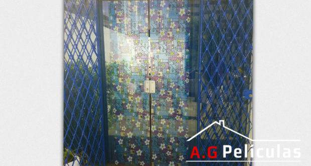 Porta de vidro com película decorativa - Vitral florida